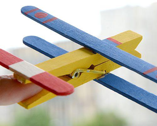 manualidades-aviones-con-pinzas-fixokids