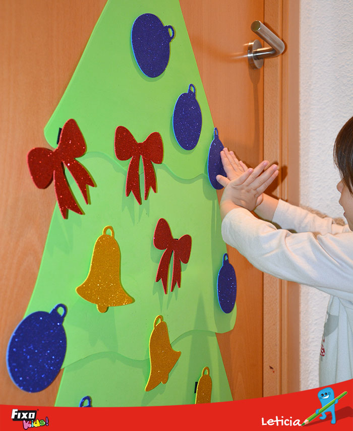 niños con árbol interactivo