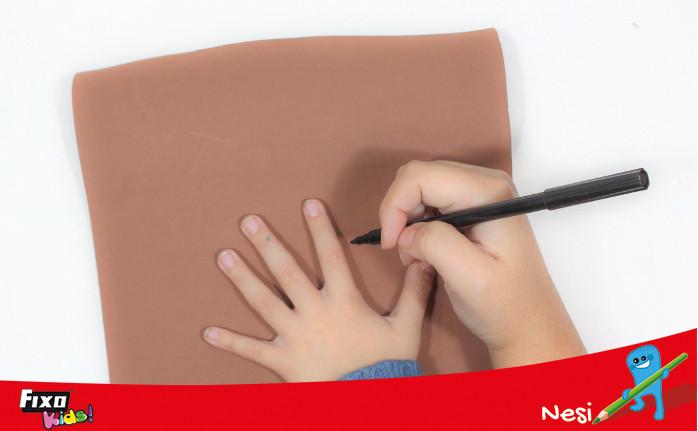 hacer cuernos utilizando una mano como plantilla