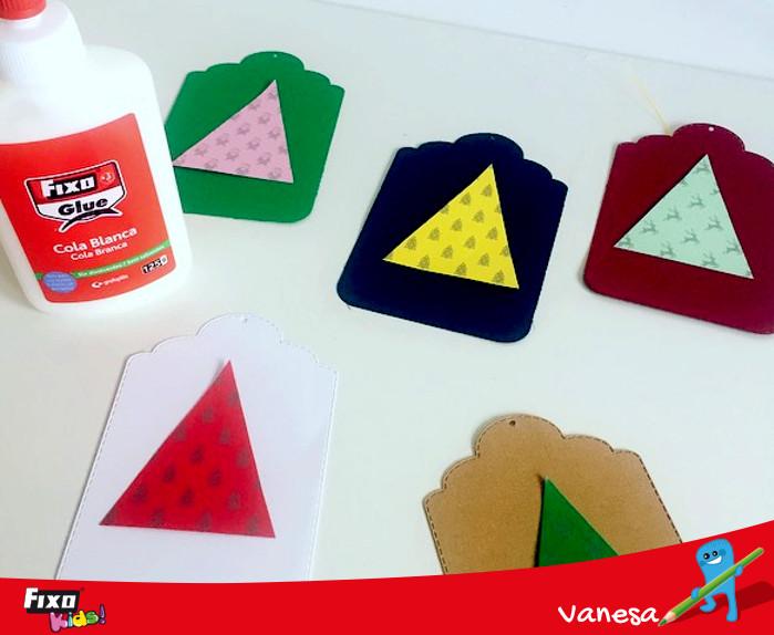 recortar triángulos en cartulinas navideñas