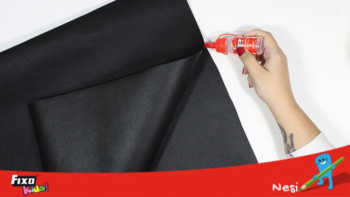 pegar la base del disfraz con silicona líquida