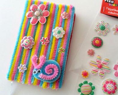 cuaderno decorado conpegatinas fixo kids y limpiapipas
