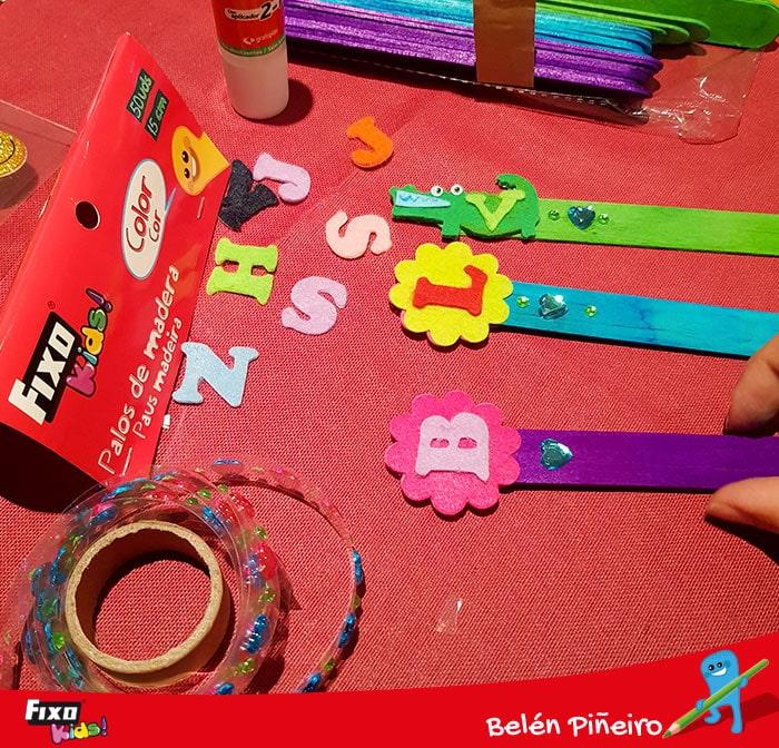 como hacer marcapáginas con figuras adhesivas
