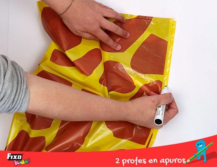 como hacer disfraces con bolsas de plastico de colores