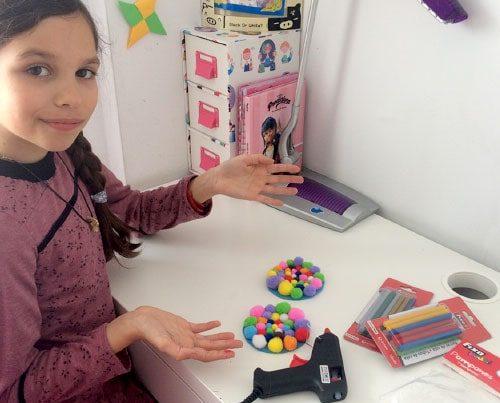 video tutorial evarte posavasos con pompones de colores